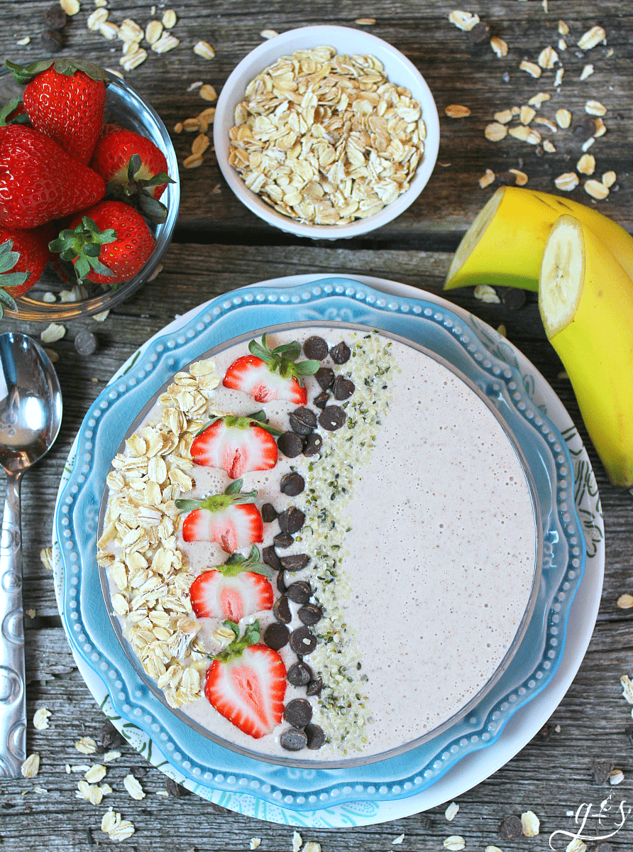 Cool down in the morning with this oatmeal cookie smoothie bowl.
