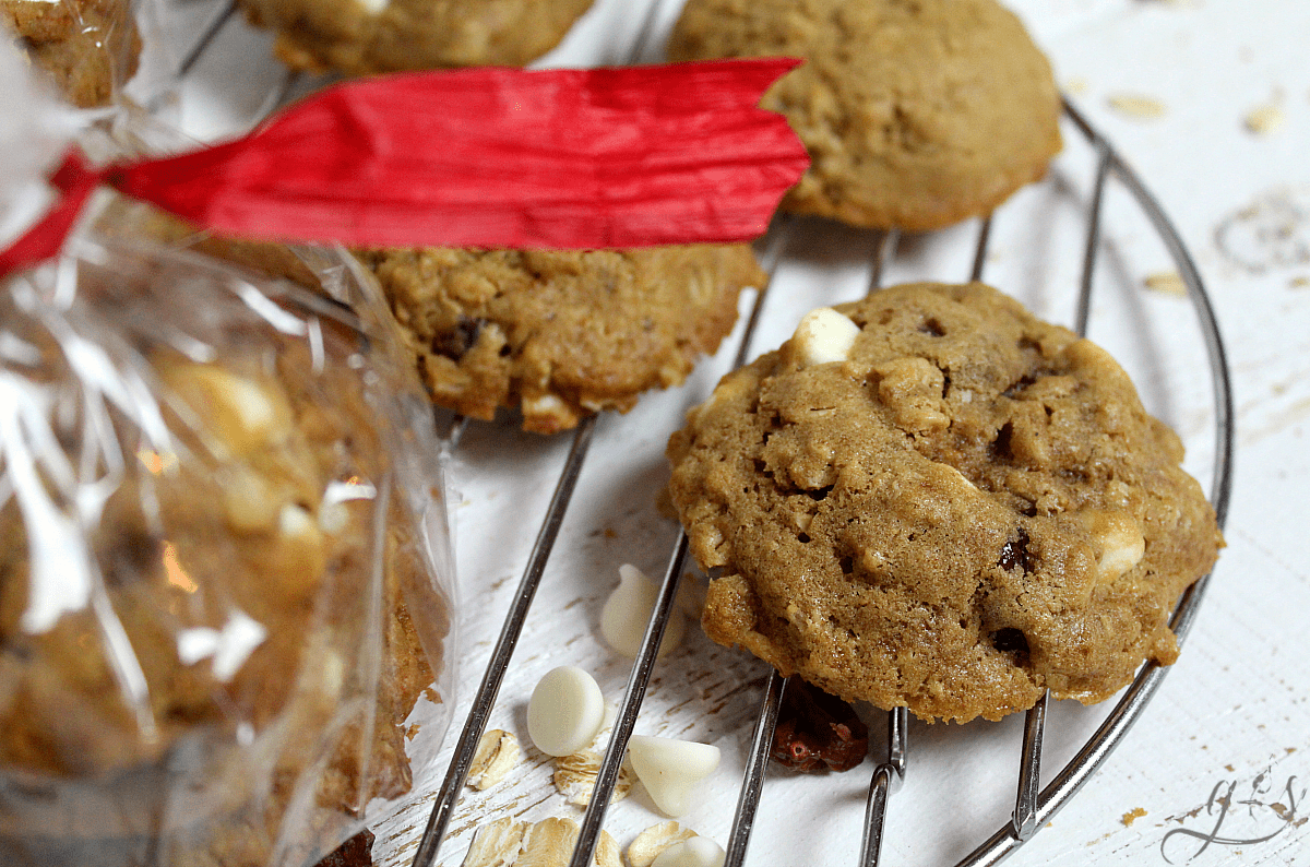 The BEST Gluten Free Oatmeal Cookies | This easy cookie recipe has it all- chocolate, dried cranberries, coconut oil, and coconut sugar! These cookies are easy to prepare, soft and chewy in the center, and absolutely delicious. Use white chocolate chips for a truly special treat! Hot out of the oven these healthy oatmeal cookies are sweet and satisfying! There is no sugar (refined) and only healthy oil!