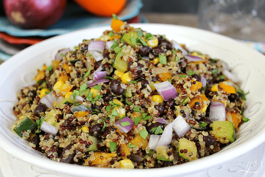 The BEST Southwestern Quinoa | Clean eating has never been so easy. This simple side dish or vegetarian main dish is easy to make using both fresh vegetables and pantry ingredients. One pan recipes are the best and healthy Mexican dishes are always a hit. Add chicken for a supper recipe and top with fresh cilantro or queso fresco cheese. #glutenfree #quinoa #food